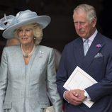 Camila de Cornualles y el Príncipe Carlos de Gales en la misa por los 90 cumpleaños de la Reina Isabel II de Inglaterra