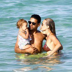 Falcao y Lorelei Taron junto a su hija Desiree en una playa de Miami