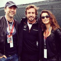 Javier Bardem y Penélope Cruz junto a Fernando Alonso en el GP de Canadá de la F1