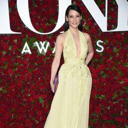 Lucy Liu con un vestido amarillo en los Premios Tony 2016