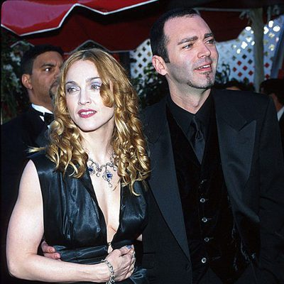 Madonna y Christopher Ciccone en los Annual Academy Awards 1998