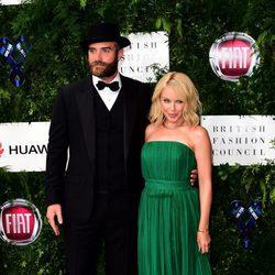 Kylie Minogue y Joshua Sasse en una gala benéfica en Londres