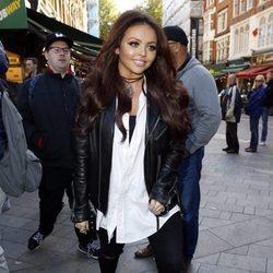 Jesy Nelson  por las calles de Londres con una cazadora negra