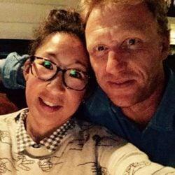 Sandra Oh y Kevin Mckidd posan juntos en una foto para Twitter