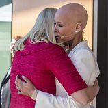 Mette Marit de Noruega y Gunhild Stordalen dándose un abrazo