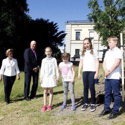 Los Reyes de Noruega con sus nietos Ingrid, Sverre, Leah y Emma en la inauguración del Parque del Jubileo en Oslo