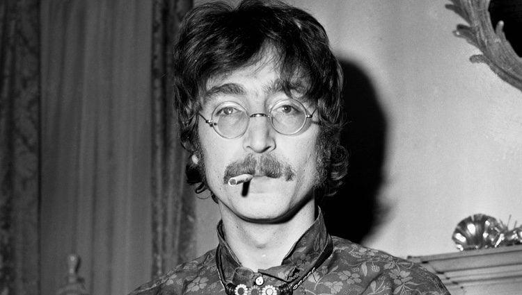 John Lennon fumando un cigarrillo