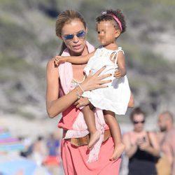Esther Cañadas con su hija Galia Santina en brazos en las playas de Ibiza