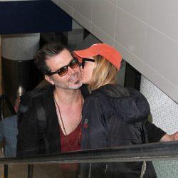 Renée Zellweger besa a su novio Doyle Bramhall en un aeropuerto de Los Ángeles