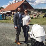 Carlos Felipe de Suecia y Sofia Hellqvist con su hijo Alejandro en su primer aniversario de boda