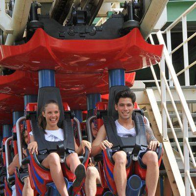 Jessica Bueno y Jota Peleteiro en el parque de atracciones de Sevilla