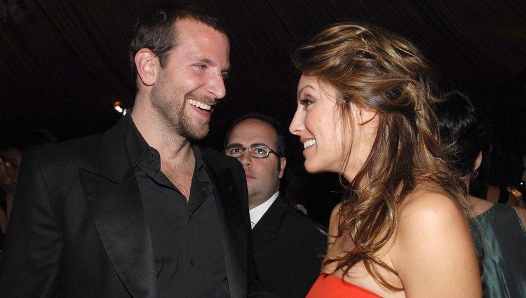 Bradley Cooper y Jennifer Esposito en la fiesta de los Globos de Oro