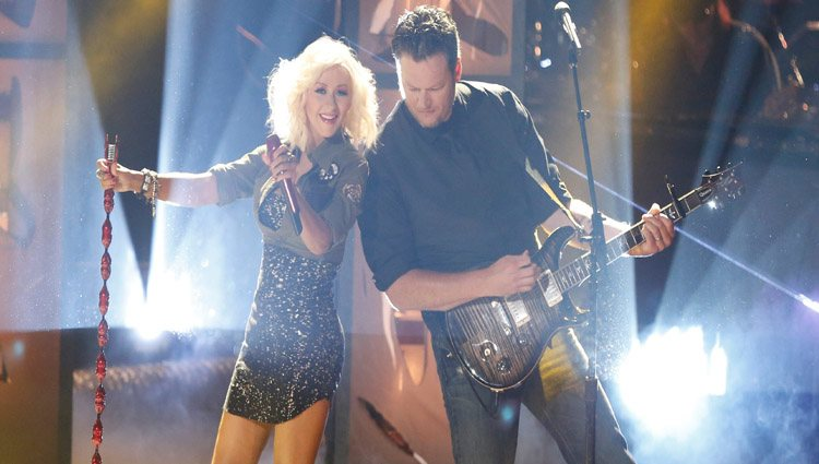 Blake Shelton y Christina Aguilera en el escenario de 'The Voice'