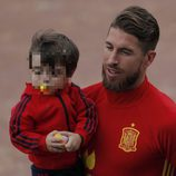 Sergio Ramos con su hijo Sergio Jr en un entrenamiento de La Roja en la Eurocopa 2016