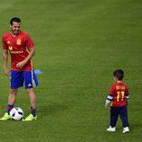 Pedro Rodríguez con su Bryan en un entrenamiento de La Roja en la Eurocopa 2016