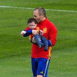 Andrés Iniesta con su hijo Paolo Andrea en un entrenamiento de La Roja en la Eurocopa 2016