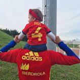 Marc Bartra con su hija Gala a hombros en un entrenamiento de La Roja en la Eurocopa 2016