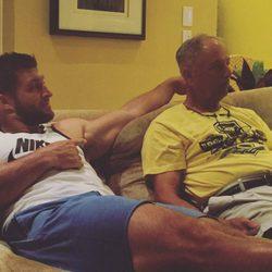 Tim Tembow posando con su padre en el sofá por el Día del Padre