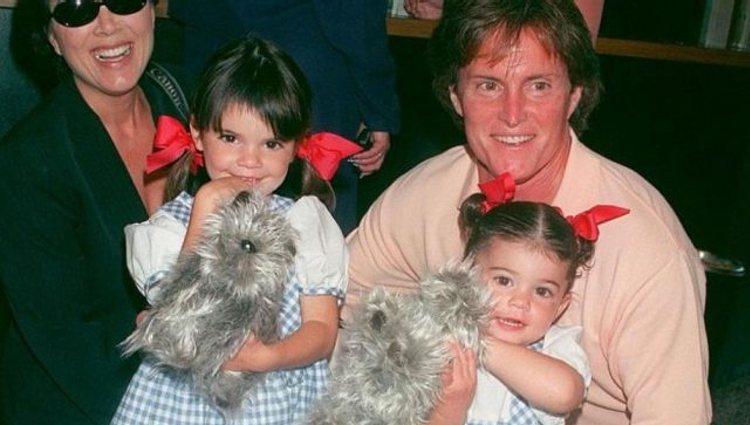Kylie y Kendall Jenner con su padre Caitlyn Jenner cuando eran pequeñas