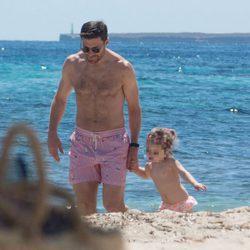 Xabi Alonso con su hija Emma en una playa de Ibiza