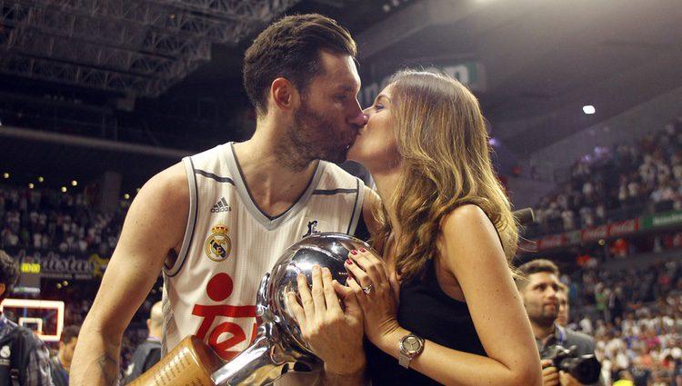 Helen Lindes y Rudy Fernández se funden en un beso tras la victoria del Real Madrid baloncesto