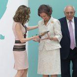 La Reina Letizia entrega un premio a la Reina Sofía por su labor con la FAD
