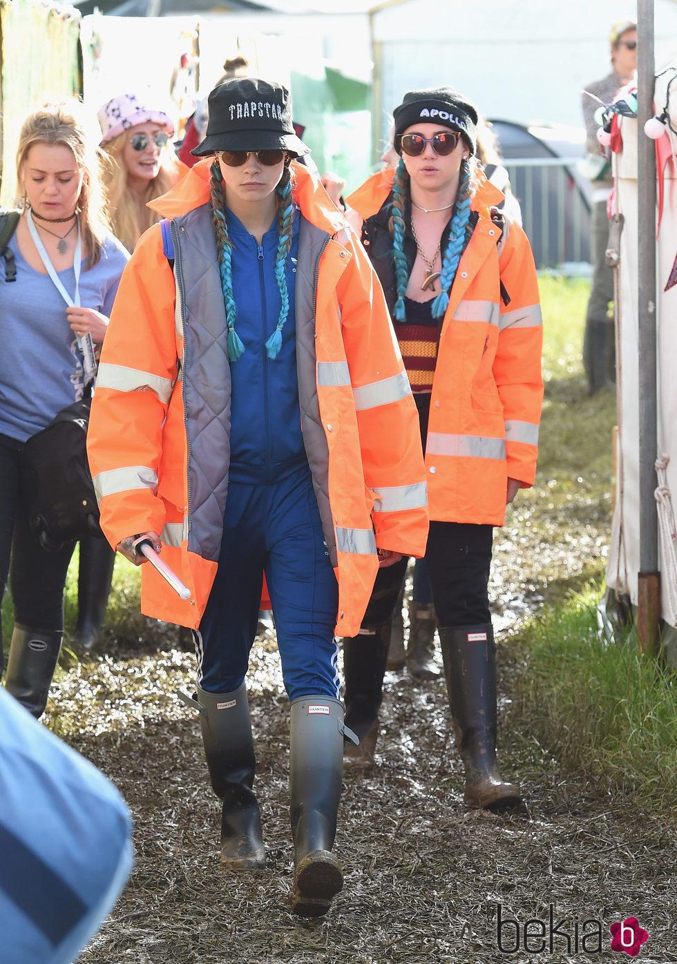 Cara Delevingne y Suki Waterhouse en Glastonbury 2016