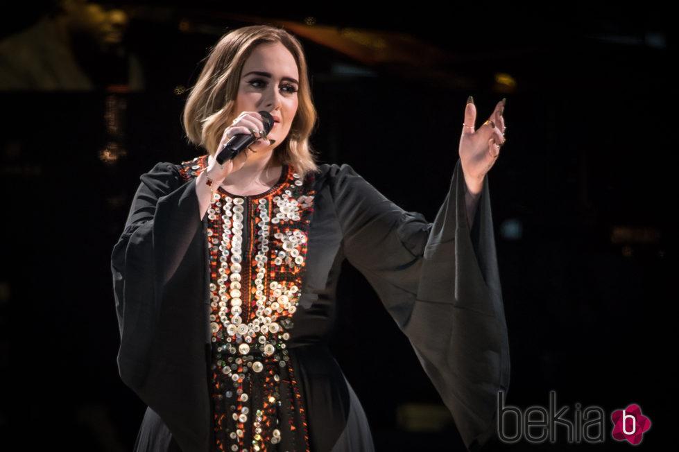 Adele cantando en el festival de Glastonbury 2016