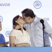 Mariano Rajoy besando a su mujer Elvira Fernández tras las elecciones del 26J