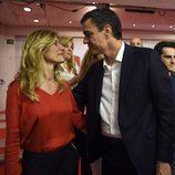 Pedro Sánchez y Begoña Gómez mirándose en la noche de las elecciones del 26J