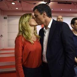 Pedro Sánchez y Begoña Gómez besándose en la noche de las elecciones del 26J
