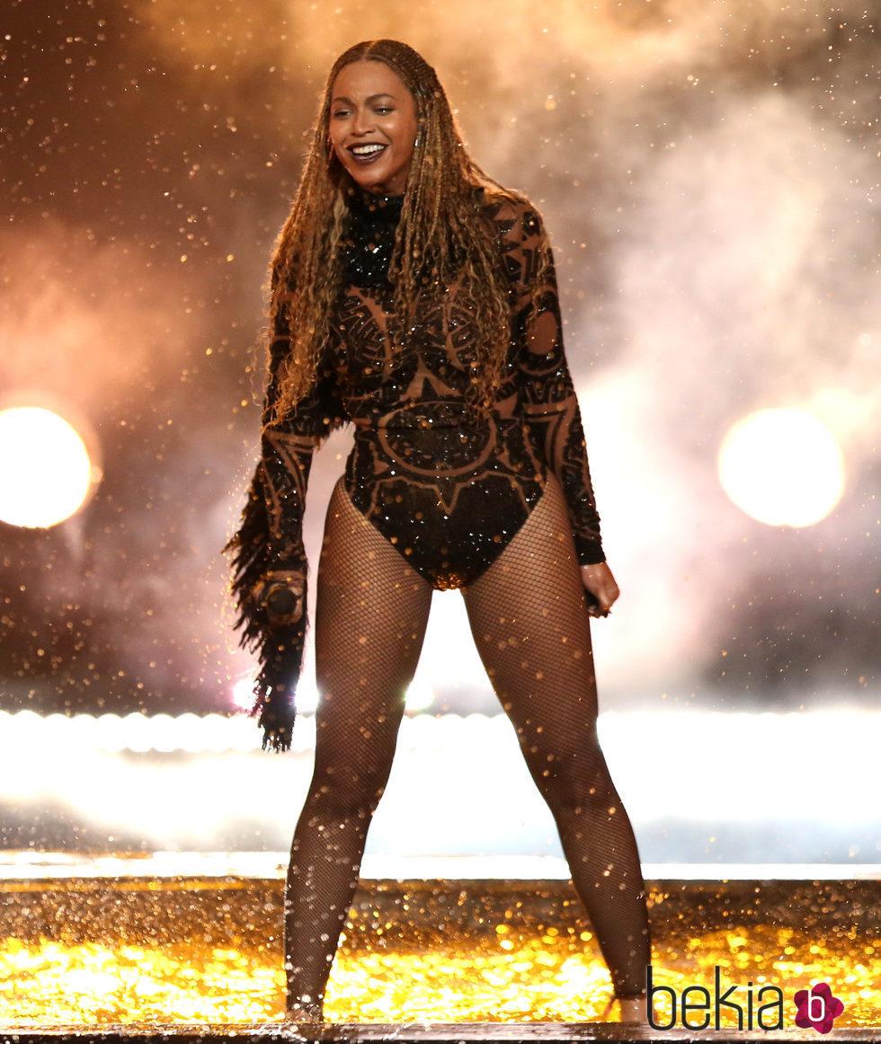 Beyoncé durante su actuación en los BET Awards 2016
