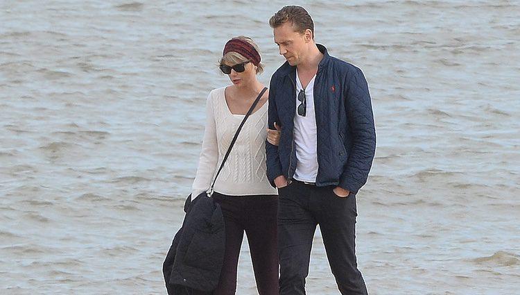 Taylor Swift y Tom Hiddleston paseando por las costas de Suffolk