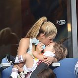 Shakira da el biberón y besa a su hijo Sasha en el partido Italia-España en la Eurocopa 2016