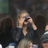 Shakira maquillándose en el partido Italia-España en la Eurocopa 2016