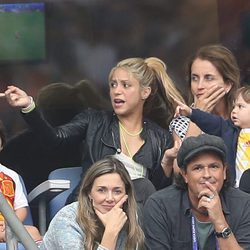 Shakira, Milan y Sasha Piqué, Montserrat Bernabéu, Tonito, Carlos Vives y Claudia Elena Vásquez en el partido Italia-España en la Eurocopa 2016