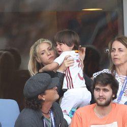 Shakira consuela a Milan Piqué en el partido Italia-España en la Eurocopa 2016