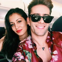 Hiba Abouk y Pelayo Díaz, muy sonrientes en un avión