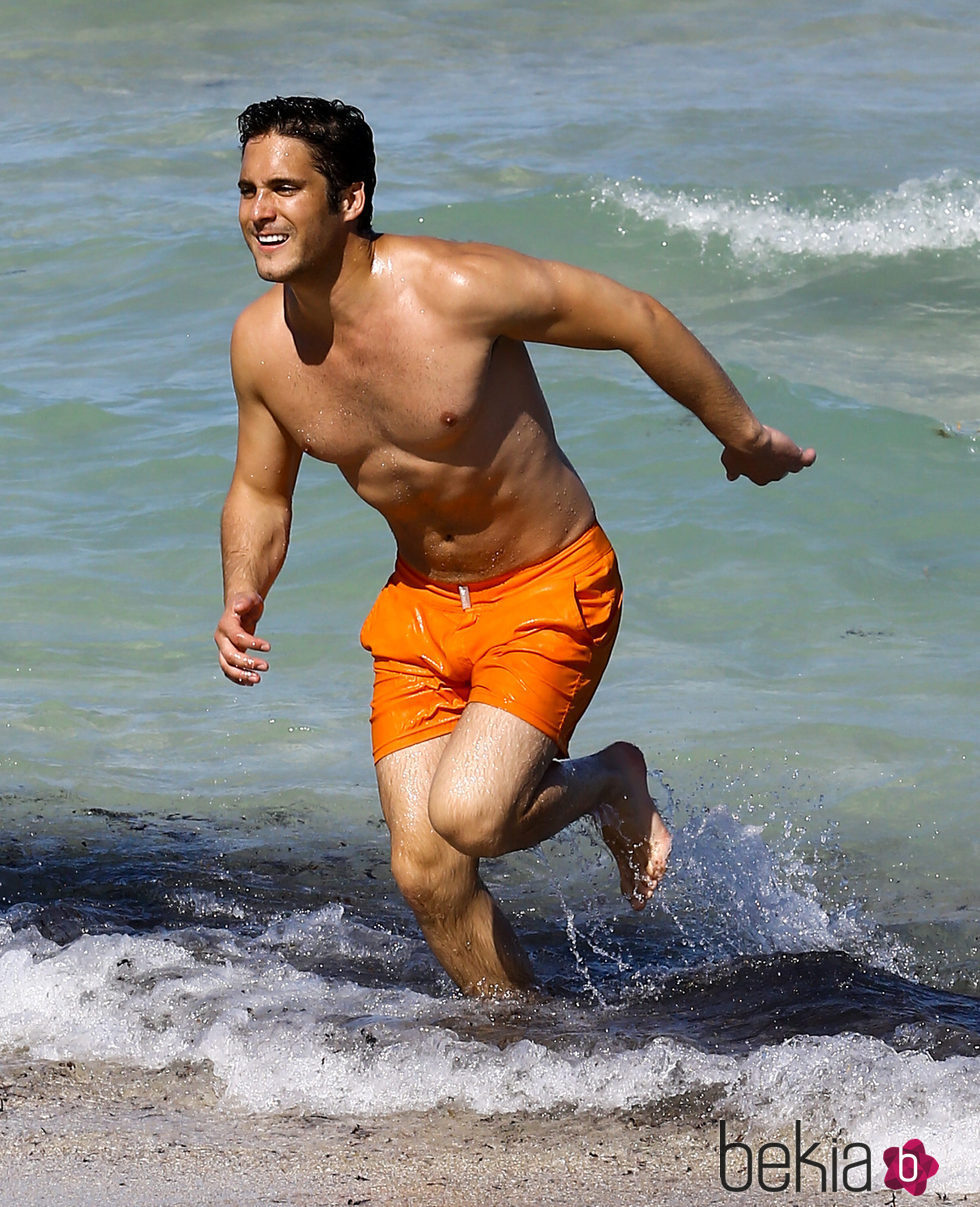 Diego Boneta saliendo del agua en las playas de Miami