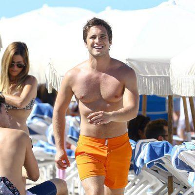 Diego Boneta andando en las playas de Miami
