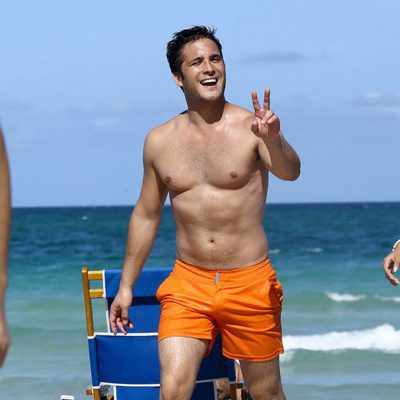 Diego Boneta haciendo el símbolo de victoria en las playas de Miami