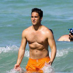 Diego Boneta en el agua en las playas de Miami