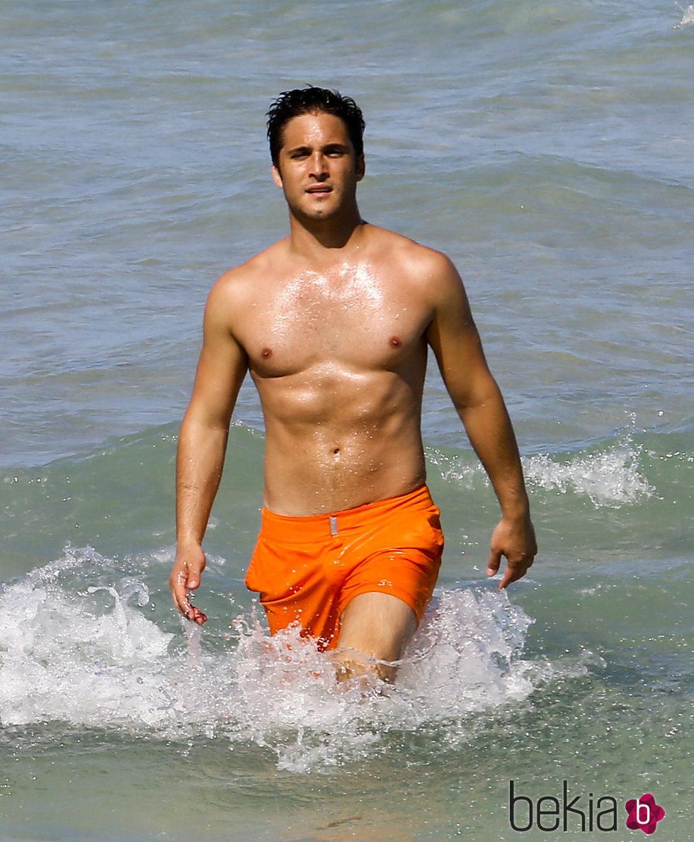 Diego Boneta mostrando torso en las playas de Miami