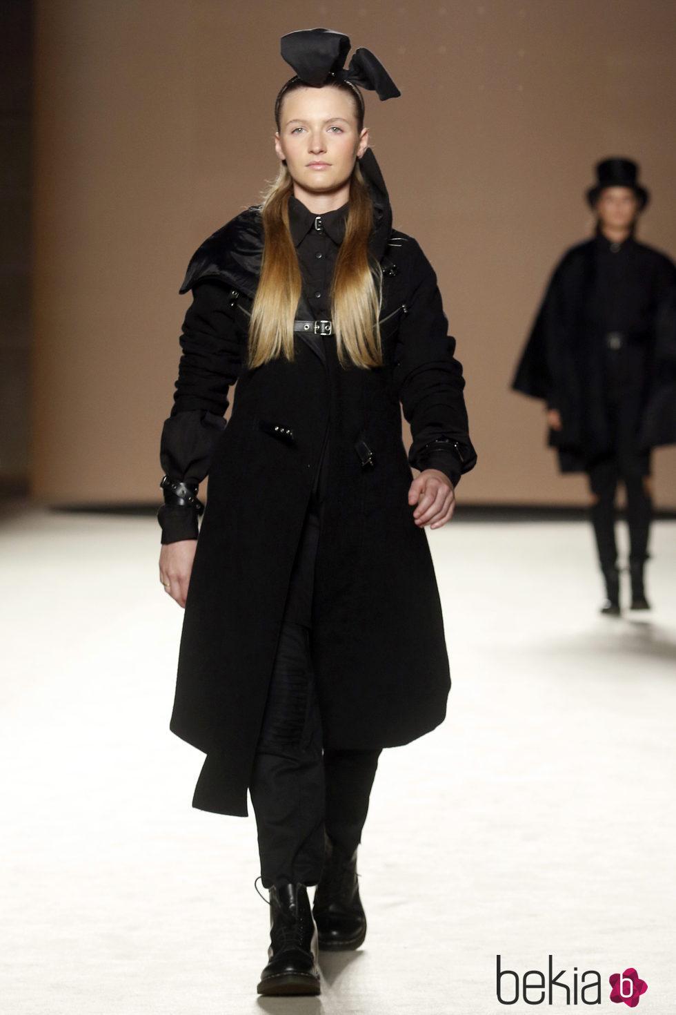 Janet Capdevila desfilando sobre la 080 Barcelona Fashion