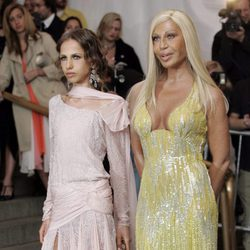 Donatella Versace y su hija Allegra Beck llegando a la gala en el Museo de Arte Metropolitano