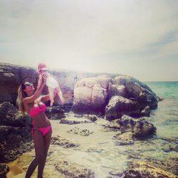 Tamara Gorro luciendo cuerpazo en las playas de Ibiza con su hija Shaila
