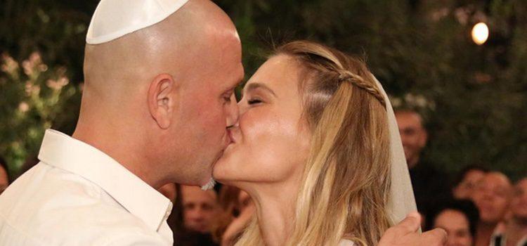 Bar Refaeli besando a Adi Ezra