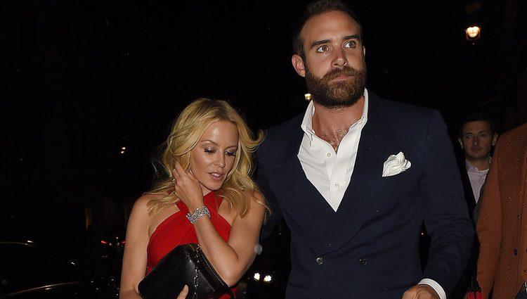 Kylie Minogue y Joshua Sasse en la Premiere de 'Absolutely Fabulous'