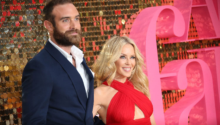 Joshua Sasse y Kylie Minogue en la Premiere de 'Absolutely Fabulous'