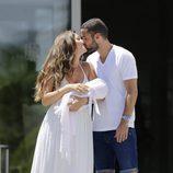 Malena Costa y Mario Suárez se dan un beso en la presentación de su hija Matilda